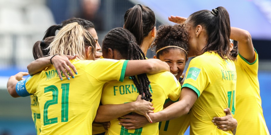 womans national soccer team celebrating goal
